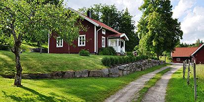 Rött hus vid vägen. foto.